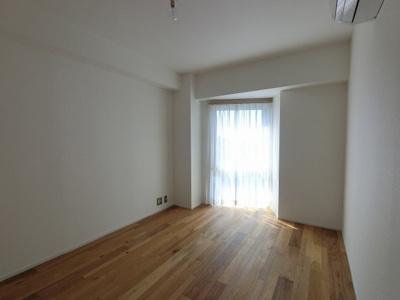 5.5帖の洋室は主寝室にいかがでしょうか。 窓があり明るく換気ができます。