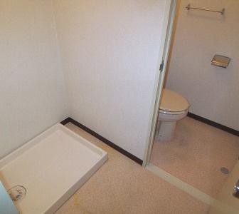 左側が洗濯機置場、奥がトイレですね