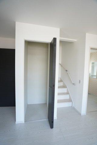 【同仕様施工例】WICがあるお部屋です。お洋服やバックなどの小物もすっきり片付けられます。