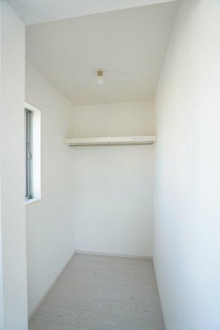 【同仕様施工例】2面窓からの差込む陽射しで昼間も明るいです。