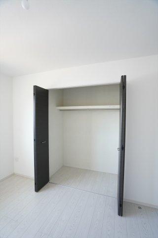 【同仕様施工例】2階廊下 お掃除用具や季節物の家電を収納するのに便利です。