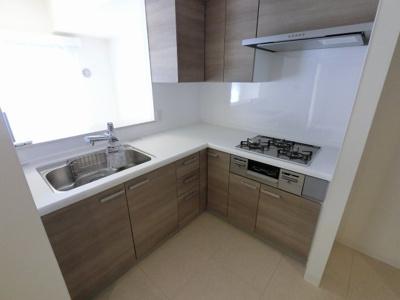 家事効率の良いL字型キッチン採用。 明るく開放感があり、キッチンまで光が届きやすいです。