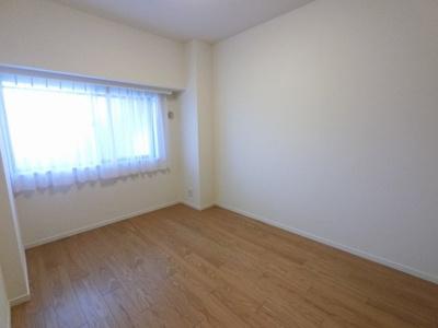 6.0帖の洋室は主寝室にいかがでしょうか。 窓が大きく開放的です。