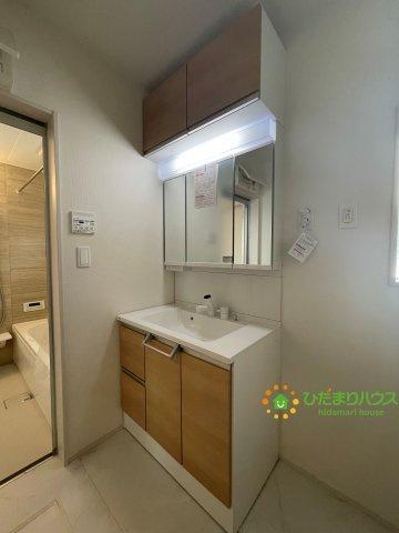 収納たっぷりの洗面スペース♪大きな鏡で朝の準備も捗ります!