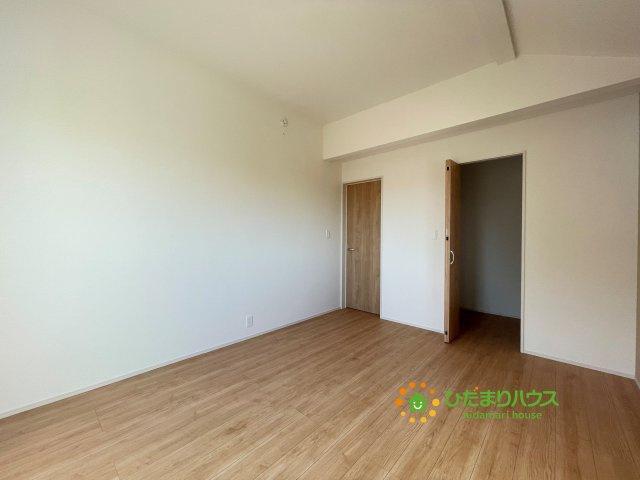 勾配天井で開放感あふれる主寝室です♪