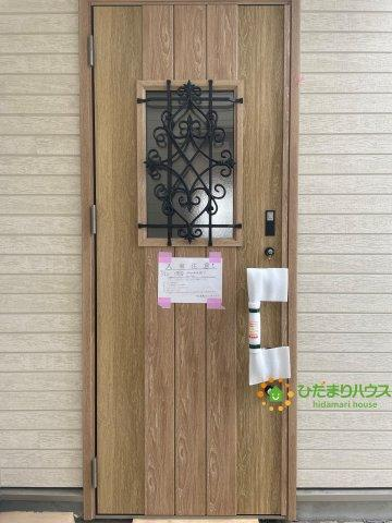 可愛らしい玄関ドア♪毎日お家に帰るのが楽しみになりますね♪