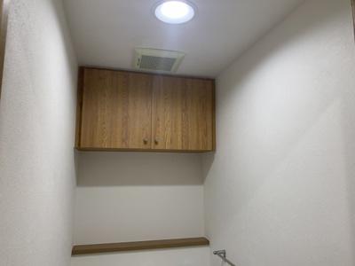 トイレにも収納スペースがあります。