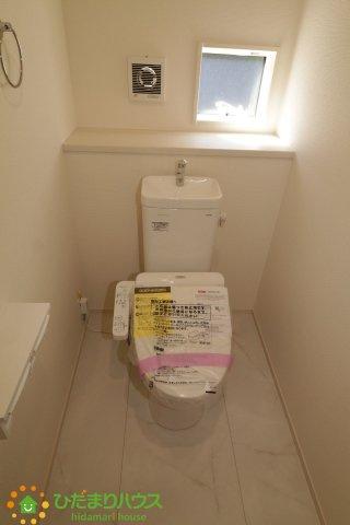 窮屈さの無い、清潔感のあるお手洗い。温水洗浄便座機能付きです。