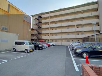 敷地内駐車場があるのは嬉しいですね。お車をお持ちの方も安心です。(空き状況要確認)
