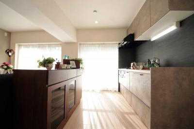 背面にカップボードや収納豊富なキッチンで、食器や食品などもスッキリ片付きます。
