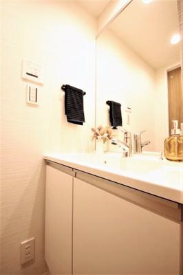 明るい洗面所は朝をすっきりさせてくれる空間です。