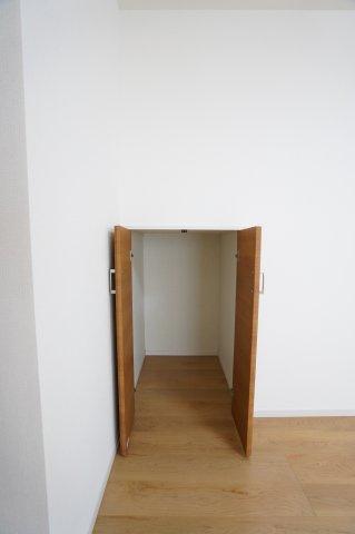 リビングにある階段下収納です。