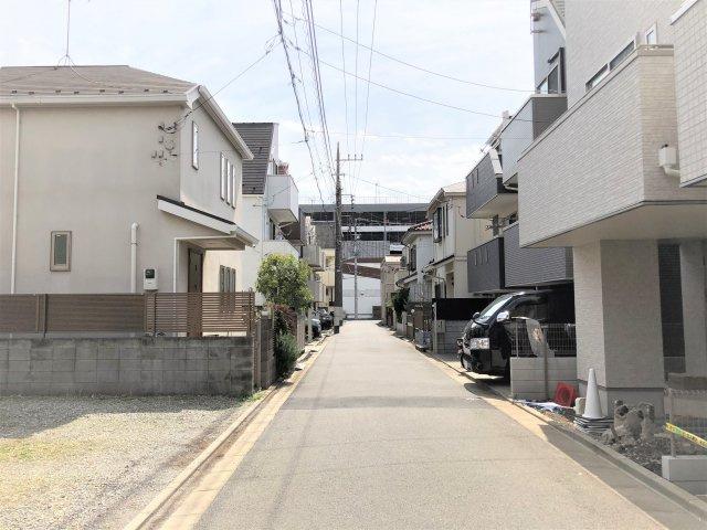 【前面道路含む現地写真】堂々完成 LDK20帖の新築戸建