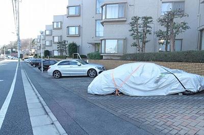 専用使用権付きの駐車場がございます。ゆとりをもって愛車を停められますね。