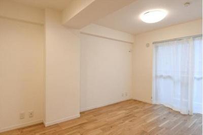 約6帖の洋室はバルコニーに面し開放感があります。