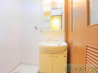 忙しい朝の身支度に便利なシャワー付き洗面化粧台(同仕様写真)
