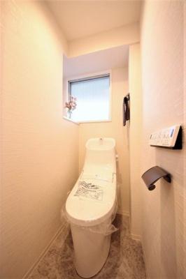 お掃除もラクラクな節水型トイレを設置。