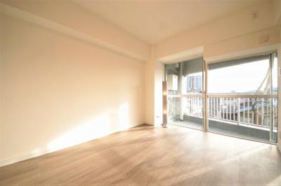 バルコニーに面した洋室は窓が大きく開放感がありますね。