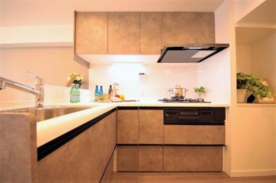 ゆったりとした作業スペースのL字型ワイドキッチンを採用。