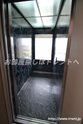 窓のあるエレベーター