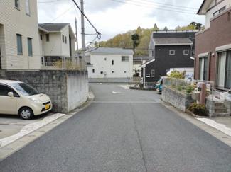 交通量の少ない広々とした前面道路