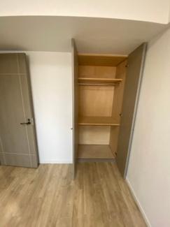 6.4帖の洋室の収納です。奥行があるのでたっぷりと収納できます。