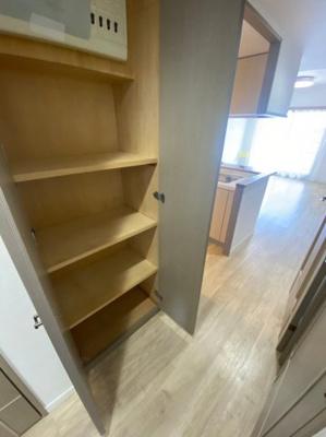 廊下の収納です。大きさもあるので色々と活用できます。