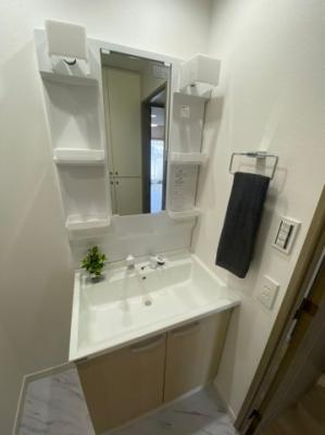 シャワー付の洗面台はご家族で使うのにとても便利です。