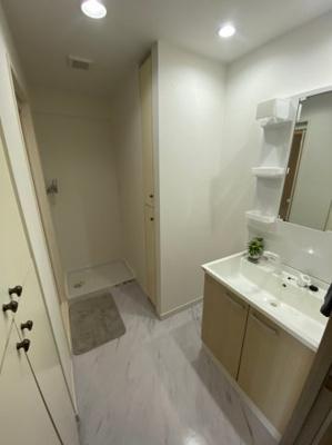 綺麗な洗面室です。収納スペースもありますのでタオル等入れるのに丁度良いです。