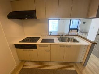 キッチンはこちらです。上部に収納もありますのでスッキリと使えます。