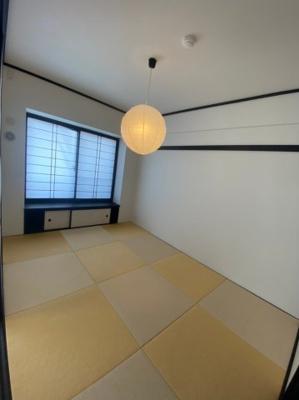 リビングの隣の和室です。琉球畳がオシャレです。照明も素敵です。