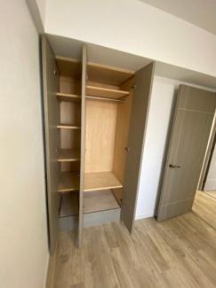 5帖の洋室の収納です。物入もついていますので荷物の整理がしやすいです。