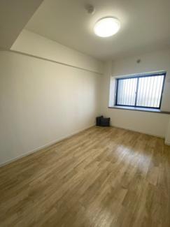 6.4帖の洋室です。長方形の形は家具の配置がしやすいです。