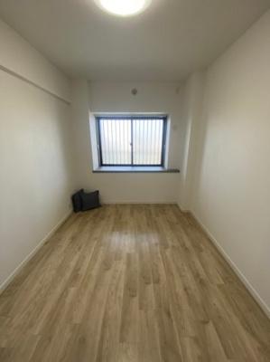 6.4帖の洋室です。窓も大きく明るいです。