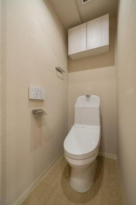 温水洗浄便座付きトイレは清潔感が印象的な空間ですね。