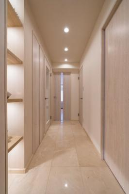 玄関廊下は大理石貼りのおしゃれな空間です。
