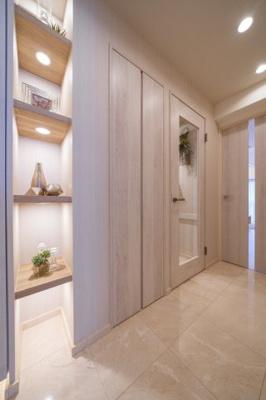 廊下部分には収納の他、おしゃれな棚も設置しています。