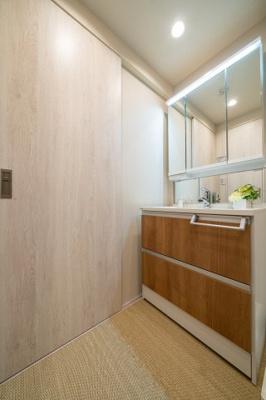 収納たっぷりな三面鏡の洗面化粧台は朝の支度に欠かせませんね。