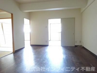 リビングです。リフォーム前状態です。各部屋綺麗にリフォームまたは清掃されます。