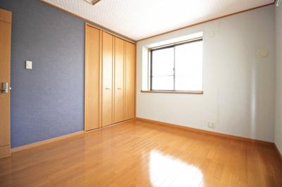 《洋室7帖》こちらのお部屋もアジアンリゾート風のブルータイプに。天井はホワイトにしました。2面採光で明るいお部屋です。