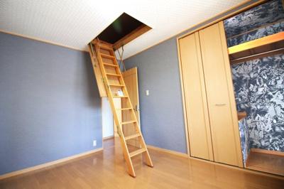 《洋室7帖》こちらのお部屋には《天井収納庫》があります。収納がたくさんあると荷物がスッキリ片付いて、お部屋が広く使えますね。