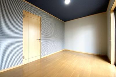 《洋室6.75帖》1階にも洋室があります。こちらのお部屋には収納がありませんが、扉を開けたすぐに《廊下収納》があるので問題ありません。大容量のクローゼットです。