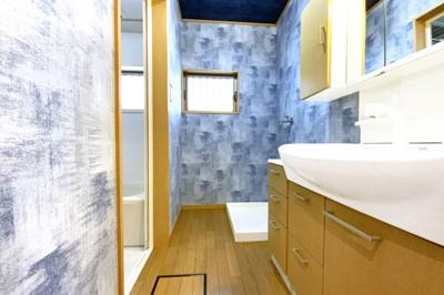 洗面台は収納たっぷりのワイドタイプで小物がスッキリたくさん収納出来ます。