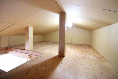 《天井収納庫》シーズンオフの衣類や、普段使わないけれど大切にしまっておきたい品物などをたくさん収納できるので、あればかなり助かります。