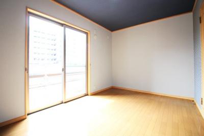 《洋室6.75帖》南側の掃き出し窓からは明るい光が差し込みます。目の前は建物がなく風通しも良好です。