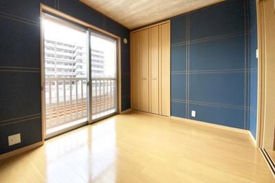 《洋室5.25帖》LDK続きの洋室には南側に掃き出し窓《南面バルコニー》があり陽当り良好です!