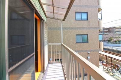 南向きバルコニーは南側に建物がなく陽当りは良好です!2階は両面バルコニーで、明るく風通しの良い環境です。