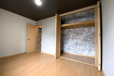 《洋室6.75帖》3階南側のお部屋です。収納のクロスはアジアンリゾート風でみえない場所に遊び心を。天井クロスもバリリゾート風に仕上げています。