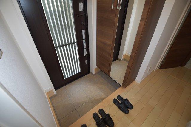 ゆったりとした落ち着いた印象の玄関には大容量シューズボックスを設置!