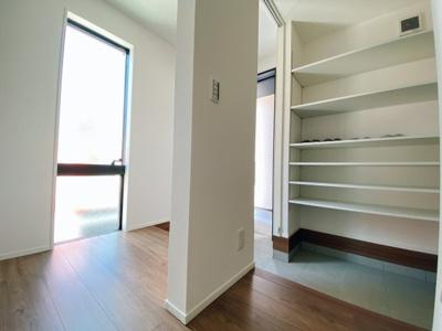玄関の悩みといえば靴の収納です。家族が多いとその分靴も増えてしまいます。常にスッキリな玄関でいられるよう、充分なシューズボックスを装備しています